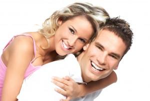 verliebtes-paar-romantikurlaub-whirlpool